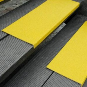 Противоскользящая пластина с углом, 230х1000х30х3,8 мм, размер абразива 46 Grit, желтый цвет