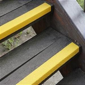 Противоскользящий профиль для краев ступеней, 70х1000х30х3,8 мм, размер абразива 46 Grit, желтый цвет